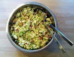 Mad med smag: Verdens bedste spidskål-salat. Mandlerne blev ristet på panden med salt og cayenne. Derefter masser af lime-saft og til sidst acaciehonning.