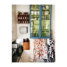 Besökte världens sötaste sommarstuga igår. Blev så förälskad i detta kök ❤️ Älskar det där som liksom bara blir, av det saker man liksom… Bathroom Medicine Cabinet, Anna, Instagram