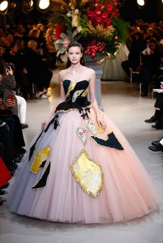 Take a look to Viktor & Rolf Haute Couture Spring Summer 2017collection: the fashion accessories and outfits seen on Parigi runaways.