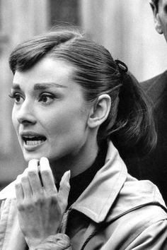 Audrey Hepburn on the set of Funny Face, What great way to do a ponytail! Also I had no idea her eyebrows were that pained on in the film. Audrey Hepburn Eyebrows, Audrey Hepburn Born, Audrey Hepburn Photos, Fred Astaire, Dorothy Parker, Cinema, Portraits, British Actresses, Funny Faces
