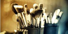 Hay que utilizar siempre la base del mismo tono que la piel y matizar las zonas de más brillos con un polvo traslúcido.