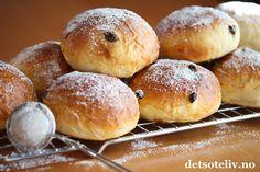 Verdens beste rosinboller | Det søte liv Norwegian Food, Sweet Bakery, Hamburger, Good Food, Baking, Breakfast, Desserts, Foods, Kuchen