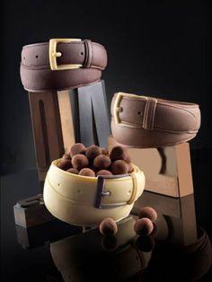 Cinturón en chocolate. Cinturón en chocolate relleno de bolitas de chocolate