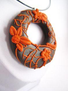 Collier pendentif en pâte polymère décoration relief petites fleurs orange : Collier par mix-mania