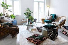 Marimekko-koti on lainannut kotinsa sisustusta varten kalusteita, valaisimia ja taideteoksia yhteistyökumppaneiltaan. Vihreä nojatuoli taustalla on Fritz Hansenin Fri-nojatuoli.