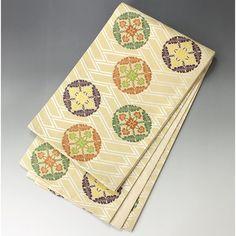 ベージュ地に落ち着いた金がうっすらと入った金ベージュの地色に、白の織柄で大きな檜垣文で、前面には紫や緑色の花菱を丸く形づけた丸文です。 裏地も入って高級感があり品のある一本です。  <シチュエーション> 礼装、フォーマルにお使い頂ける袋帯です。 留袖、振袖、付下げ、訪問着など、フォーマル、セミフォーマルな装いに上品にお召いただけます。  <風合> 薄手でしなやかな手触りの柔らかい帯です。    【楽天市場】袋帯 金ベージュ 檜垣文に花菱の丸文【送料無料】 【中古】【仕立て上がりリサイクル帯・リサイクル着物・リサイクルきもの・アンティーク着物・中古着物】:ビスコンティ&きもの忠右衛門