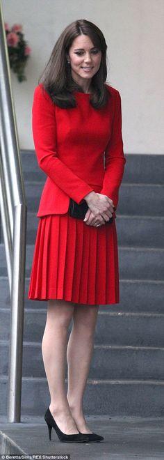 Kate Middleton, duchesse de Cambridge, a participé le 15 décembre 2015 à la fête de Noël de l'école du Anna Freud Centre, un établissement du nord de Londres qui prend en charge les enfants présentant des troubles du comportement et soutient leurs familles. Elle a notamment pris part à un atelier collage et un cours de percussions ! Robe : Alexander McQueen
