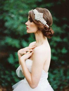 Idee acconciature da sposa con la tiara - Acconciatura raccolta con grande diadema