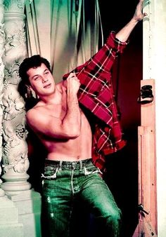 the young Tony Curtis Hollywood Glamour, Hollywood Stars, Classic Hollywood, Old Hollywood, Tony Curtis, Jamie Lee Curtis, Classic Movie Stars, Classic Films, Most Handsome Actors