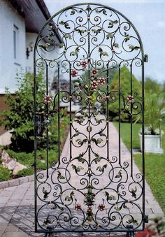 Iron Main Gate Design, House Main Gates Design, Wrought Iron Decor, Wrought Iron Gates, Porta Colonial, Latest Main Gate Designs, Iron Garden Gates, Grill Door Design, Iron Doors