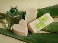 O aloe vera é uma planta que conta com vários benefícios para a nossa saúde e pele. E você já pensou em fazer um sabonete dele? Confira aqui os passos. #aloevera #sabonete