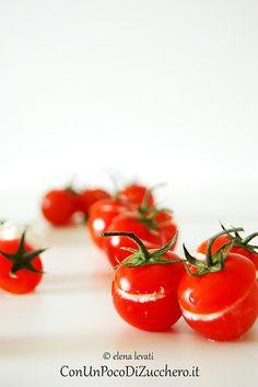Pomodorini e burrata: http://conunpocodizucchero.wordpress.com/2014/06/18/pomodorini-ripieni-di-burrata-alle-erbe-aromatiche/