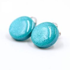 These teal round clip on earrings add bold color to your outfit and add sparkle with color to your outfit. Clay and resin earrings make also a great gift for a friend who loves to wear stylish handmade jewelry.
