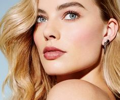 Your source for everything dedicated to the beautiful and talented Aussie actress Margot Robbie. Margot Robbie Tumblr, Atriz Margot Robbie, Margot Robbie Style, Margo Robbie, Actress Margot Robbie, Margot Robbie Harley Quinn, Celebrity Faces, Celebrity Pictures, Stunning Eyes