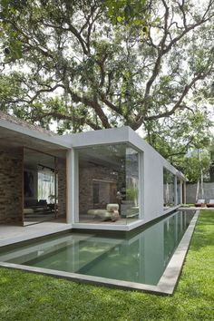 This time We would like to show you a cool and outstanding idea for a Modern Bungalow Design. You can adapt this idea for your tiny house . Design Exterior, Interior And Exterior, Room Interior, Modern Interior, Swimming Pool Designs, Swimming Pools, Lap Pools, Moderne Pools, House Built