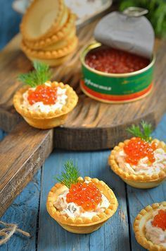 seafood, creme fraiche, dill in pastry cases w/caviar or roe (recipe in Russian) Snacks Für Party, Russian Recipes, Savory Snacks, Appetisers, Food Design, No Cook Meals, Food Photo, Finger Foods, I Foods