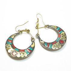 Cesboucles d'oreillesfantaisie sont de style très indien. Elles sont en métal doré et résine colorée. C'est un bijouethniqueoriginal en forme de demi lune pendante.   diametreboucle d'oreille3cm long 6cm   http://www.bijouxindiens.net/boucles-d-oreille-fantaisie/8360-boucles-d-oreilles-indiennes-.html
