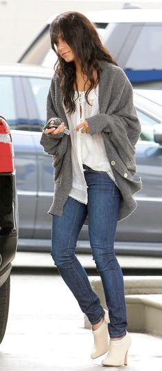 """""""oversized grey sweater over white blouse with skinny jeans and classy white ankle boots"""" all it's missing is a beanie !!"""