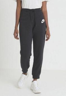 Jogging woman all items at zalando Nike Sweatpants Girls, Cute Sweatpants Outfit, Sweatpants Style, Nike Sportswear, Designer Sportswear, Lazy Outfits, Nike Outfits, Sport Outfits, Jogging Nike