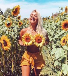 Shared by 🦋. Find images and videos about girl, love and beauty on We Heart It - the app to get lost in what you love. Boudoir Photography Poses, Creative Photography, Amazing Photography, Portrait Photography, Boudior Poses, Autumn Photography, Sunflower Field Pictures, Sunflower Field Photography, Summer Family Photos