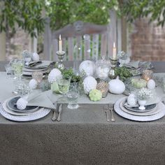 Spätsommer - gedeckter Tisch im Garten. Bügelfreie Tischdecke von Sander.