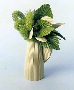 This arrangements seems rigid or fluffy, depending on where you look at it Ikebana Flower Arrangement, Ikebana Arrangements, Deco Floral, Arte Floral, Floral Design, Simple Flowers, Beautiful Flowers, Fresh Flowers, Flower Show