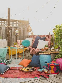 a summery boho party Squeeze in your end-of-summer rooftop party with these helpful tips!Squeeze in your end-of-summer rooftop party with these helpful tips! Terrasse Design, Balkon Design, Bohemian Patio, Bohemian Decor, Boho Chic, Patio Bohemio, Rooftop Party, Rooftop Decor, Terrace Decor