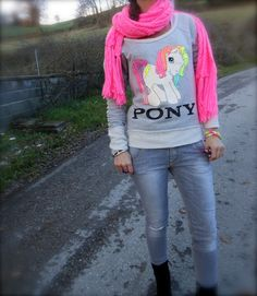 THE FASHIONAMY by Amanda: Idea outfit, felpa Mini Pony di Tee trend, colori fluo, parka e borchie