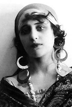 "Vera Kholodnaya - - Kholodnaya as the gypsy Masha in one of her few surviving films, ""The Living Corpse"" adapted from Tolstoy's play. Gypsy Girls, Gypsy Women, Vintage Gypsy, Vintage Beauty, Vintage Glamour, Vintage Girls, Vintage Style, Vintage Fashion, Bohemian Gypsy"