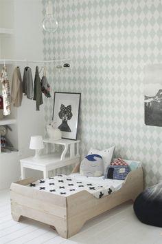 ダイヤ柄の壁紙が爽やかなインテリア。家具や小物をモノトーンにして壁のミントグリーンを引き立たせて。