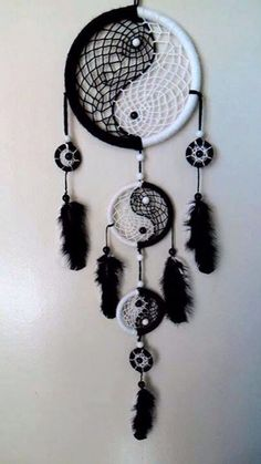 26 Beautiful Dream Catcher Ideas and Tutorials 19 Yin Yang Black and White Dream catcher Los Dreamcatchers, Beautiful Dream Catchers, What Are Dream Catchers, Making Dream Catchers, Dream Catcher Craft, Black Dream Catcher, Dream Catcher Bedroom, Dream Catcher Bracelet, Diy And Crafts