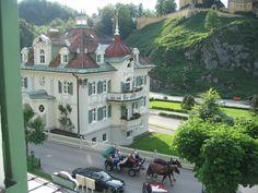 Schlosshotel Lisl & Jaegerhaus, näkymä alas kadulle. Toisesta ikkunasta näkyy Neuschwansteinin linna.