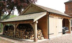 Eine Holzgarage mit Holzschuppen und Carport. Lesen Sie mehr auf https://www.pineca.de/holzgaragen/