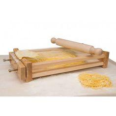 """La """"Chitarra"""" è un attrezzo tradizionale Abruzzese che si usa per fare gli spaghetti o maccheroni alla chitarra. Costituito da fili d'acciaio tesi, accostati parallelamente su una intelaiatura di legno, permette di realizzare facilmente spaghetti a sezione quadrata particolarmente adatti ai ragù e ai sughi di carne."""