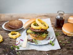 traditional-burger-with-polenta-and-onion-rings-featured (1)