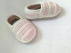 Estos poco alpargatas de niña/zapatos son perfectos para la primavera o el verano!  Plantas del pie de algodón y partes superiores están hechos de un hilo de algodón orgánico.  Se puede hacer en 3 tamaños:  0-6 meses (longitud del pie 9-10 cm/3,5-4) 6-12 meses (pie longitud 10-11 cm/4-4.5 ) 12-18 meses (longitud del pie 11-12 cm/4,5 - 5) 18-24 meses (longitud del pie 12-13 cm/5-5,5)  Cuidado: Mano lavar con jabón suave en agua fría y de la endecha plana para secar.   De un hogar libre de…