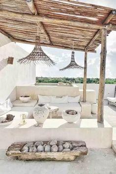 Ideas para redecorar la terraza de inspiración ibicenca con tonos blancos
