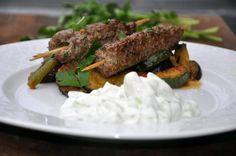 Cevapcici med ovnstegte grønsager og tzatziki(græsk)