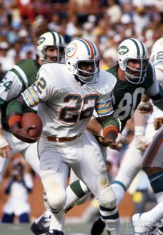 Mercury Morris, 1972 Dolphins at Jets Football Memes, Football Pictures, Nfl Football, Football Players, Sports Photos, College Football, 1972 Miami Dolphins, Nfl Miami Dolphins, American Sports