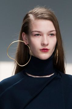 84 details photos of Hussein Chalayan at Paris Fashion Week Fall Jewelry Art, Jewelry Accessories, Fashion Accessories, Jewelry Design, Fashion Jewelry, Fall Accessories, Fashion Earrings, Hussein Chalayan, Big Earrings