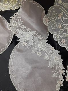 This Pin was discovered by Şen White Embroidery, Hand Embroidery Designs, Embroidery Stitches, Embroidery Patterns, Machine Embroidery, Crochet Flower Patterns, Crochet Flowers, Cutwork Saree, Romanian Lace