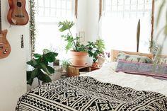 La maison bohème hippie d'Emily Katz à Portland. Big plants. Clay pots. Black and white coverlet. Cool pillows. and guitars as decor.