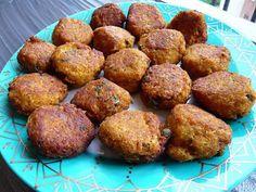 Boulettes de poisson à la Tunisienne! Ingrédients: Pour une bonne quinzaine de boulettes : -3 gros filets de cabillauds (ou autre poisson à chère ferme) -2càc bombées de purée d'oignons, -2càc de purée d'ail, -2càc d'harissa, -2 noix de beurre, -1,5càc de curcuma en poudre, -1,5càc de paprika doux, -1,5càc de cumin en poudre, -2 à 3càs de chapelure, -2 œufs, -1 grosse càs de câpres, -2 pincées de sel, -200g de gruyère râpé.