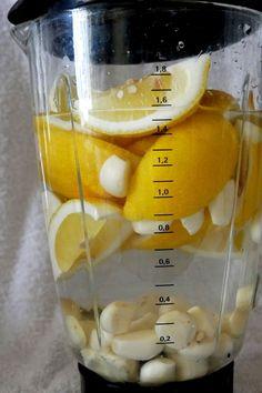 Den Mixer halb mit Wasser füllen. Das ergibt mit Zitrone und Knoblauch maximal 2/3 des Mixtopfvolumens. Mehr führt zum Überschäumen im Betrieb.