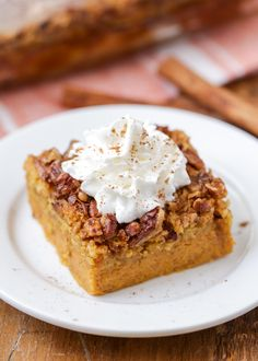 Pumpkin crunch cake is a must-make during the fall season. It entails all of the smooth pumpkin flavors, topped with crunchy pecans and a dollop of whipped cream. Pumpkin Crunch Cake, Pumpkin Dessert, Pumpkin Spice, Carrot Cake, Dump Cake Recipes, Dessert Recipes, Dessert Bars, Pumpkin Delight, Cake Toppings