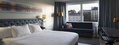 Nauti suurten, avautuvien ikkunoiden tarjoamista joki- tai pihanäkymistä tässä tilavassa hotellihuoneessa, jossa on iso parivuode. Hoida työasioita kirjoituspöydän ääressä, pysy yhteydessä Wi-Fi:n välityksellä tai rentoudu katsellen elokuvaa. Helsinki, Wi Fi, Bedroom, Furniture, Projects, Home Decor, Log Projects, Blue Prints, Decoration Home
