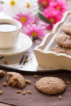 Speculoos sans gluten : - 150 g de farine de riz complet - 120 g de sucre blond, de cassonade ou de vergeoise - 100 g d'huile végétale neutre (tournesol, pépins de raisin…) - 60 g de fécule de maïs ou d'arrow-root - 2 c. à soupe bombées de compote de pommes non sucrée - 1 c. à soupe de cannelle - 1 c. à café bombée de poudre levante - 1 c. à café bombée de gomme de guar - 1 c. à café de bicarbonate alimentaire - 1/2 c. à café de muscade moulue - 1 pincée de sel