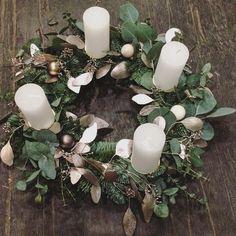 Vonku prituhuje, Vianoce sa blížia a u nás už okrem týchto krásnych vencov nájdete aj ručne vyrábané ozdôbky #christmas #wreath #advent #decor #eucalyptus #white #silver #greygreen #kvetinarstvo_jarabina #silver #pure