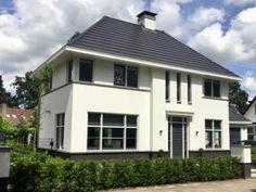 Wit gestucte villa met vlakke dakpan