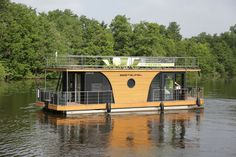 Buy a houseboat - swimming house Nautilus Vagabund Or do you want to sell a boat (powerboat)? On Yachtall you find a big choice of yachts and boats for sale. Floating Boat, Floating House, Modern Tropical House, Tropical Houses, Pontoon Houseboats For Sale, House Boats For Sale, Boat House, Shanty Boat, Tent Living